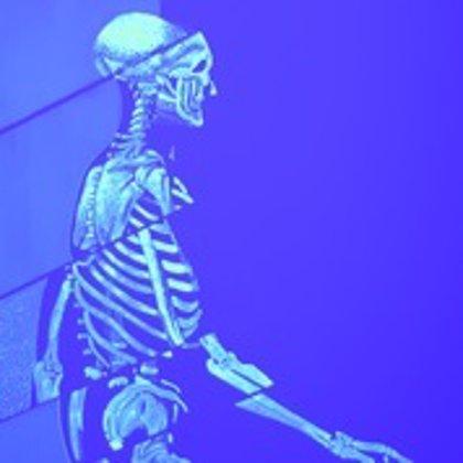 Janssen expone 12 lienzos con tinta ultravioleta para concienciar sobre el mieloma múltiple