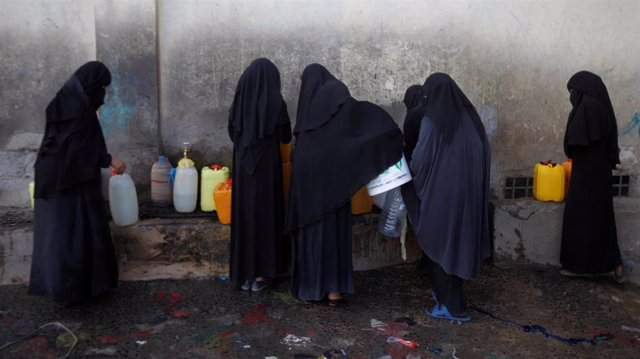 Mujeres recogiendo agua en Saná