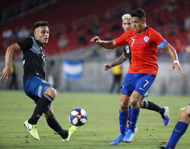 El argentino' Lautaro Martinez y el chileno Alexis Sánchez pugnan por un balón en un amistoso en Los Angeles