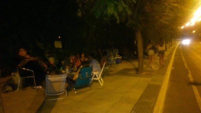 Fans de David Bisbal pasan la noche en Mairena a la espera de su concierto