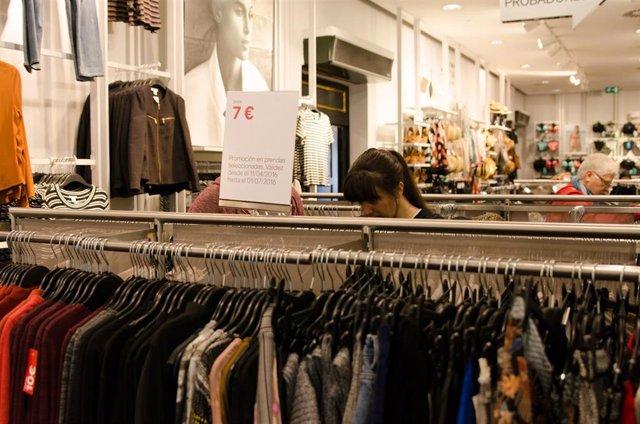 Tiendas, tienda, H&M, ropa, compras, compra, gente comprando, precio , precios, consumo, IPC, complementos, tiendas de Gran Vía