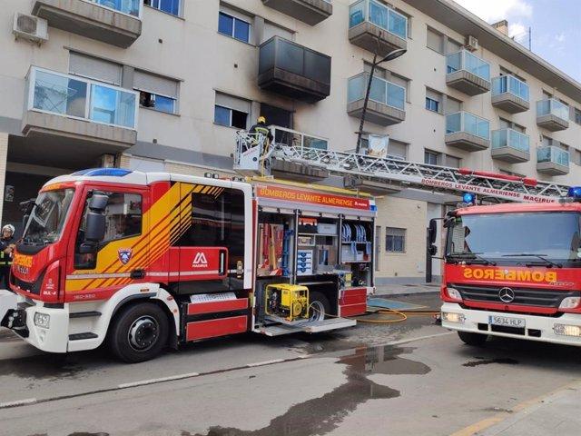 Bomberos del Levante extinguen un incendio en Avenida de Barcelona de Cuevas del Almanzora (Almería)