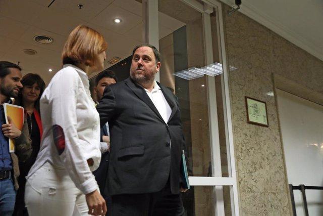 L'ex-vicepresident de la Generalitat, Oriol Junqueras, pres pel procés (acompanyat entre uns altres per  Gabriel Rufián (ERC), entra al Congrés dels Diputats per iniciar  els tràmits pertinents per recollir la seva acta de diputat.