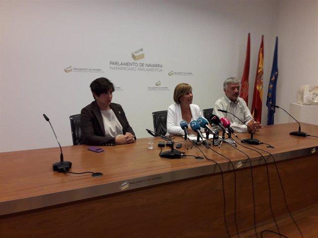 De izquierda a derecha, María Solana, Uxue Barkos y Koldo Martínez, parlamentarios de Geroa Bai, en rueda de prensa.