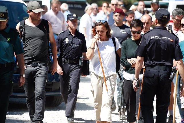 La hermana de Blanca Fernández Ochoa, Dolores Fernández Ochoa (con camiseta blanca), regresa a las inmediaciones del Hotel Cirilo de Cercedilla, que ha actuado de centro base del dispositivo de búsqueda de la exesquiadora, tras encontrarse el cadáver de s
