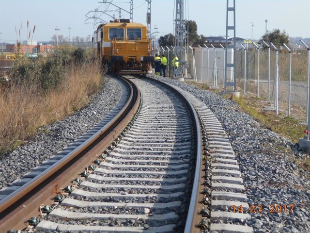Un cnvoy ferroviari a la zona porturia de Tarragona