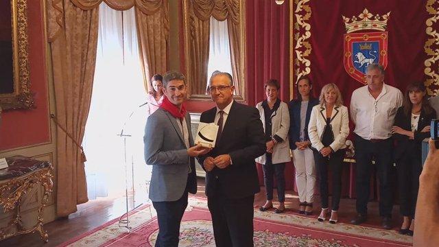 Alberto Undiano Mallenco recibe el cuarto 'Pañuelo de Pamplona' de manos del alcalde de Pamplona, Enrique Maya
