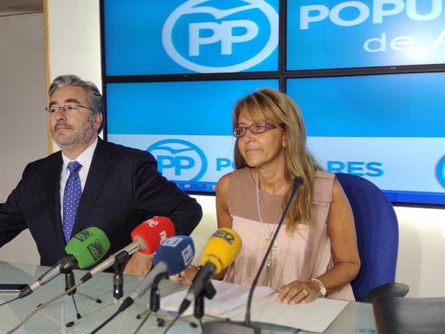Los diputados del PP en la JGPA, Pablo González, y en el Congreso, Paloma Gázquez, en rueda de prensa.