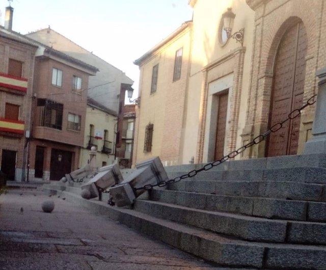 Daños en la balaustrada principal de la iglesia de Carbonero el Mayor.