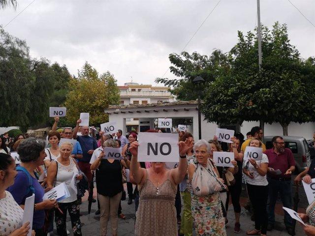 Concentración de vecinos de Órgiva contra la subida de los costes salariales en el Ayuntamiento