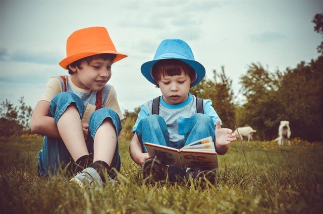 Niños, hermanos, leer