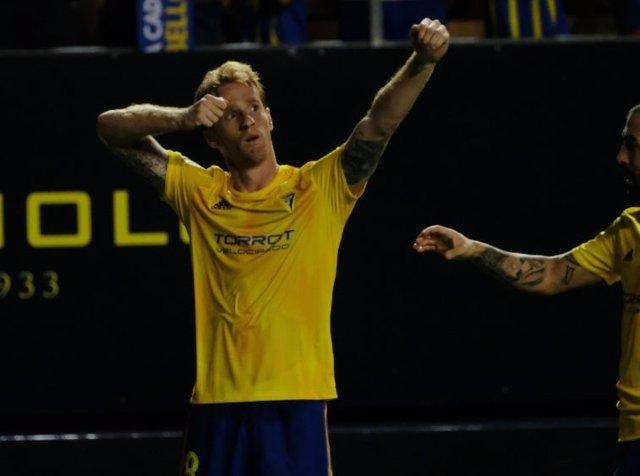 Álex Fernández, jugador del Cádiz, celebra un gol en liga