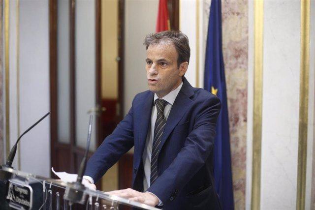 El portavoz de En Comú Podem en el Congreso, Jaume Asens, en rueda de prensa tras la segunda votación para la investidura del candidato socialista a la Presidencia del Gobierno, la cual ha resultado fallida.