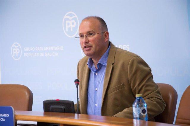 El secretario general del PPdeG, Miguel Tellado, en rueda de prensa en el Parlamento de Galicia.