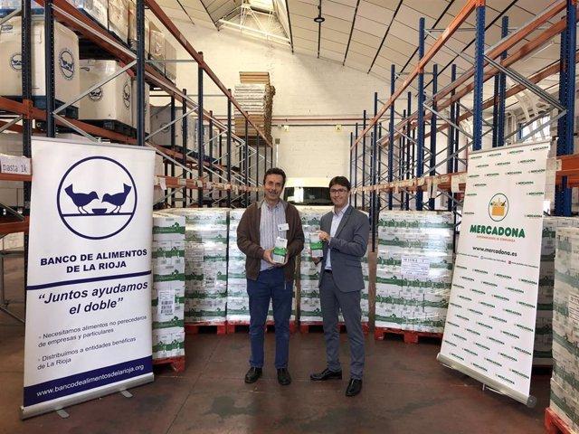El presidente del Banco de Alimentos, José Manuel Pascual-Salcedo, recibe alimentos de Mercadona por parte del director de Relaciones Externas de Mercadona, Imanol Flandes,
