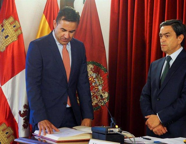 Fernando Esteban toma posesión como diputado ante Agapito Hernández.