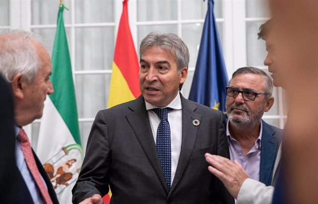 El delegado del Gobierno en Andalucía, Lucrecio Fernández, durante la reunión que ha mantenido este viernes con una plataforma sobre infraestructuras para la provincia de Sevilla.