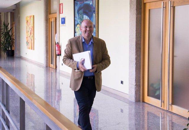 El secretario general del PPdeG, Miguel Tellado, en los pasillos del Parlamento de Galicia.