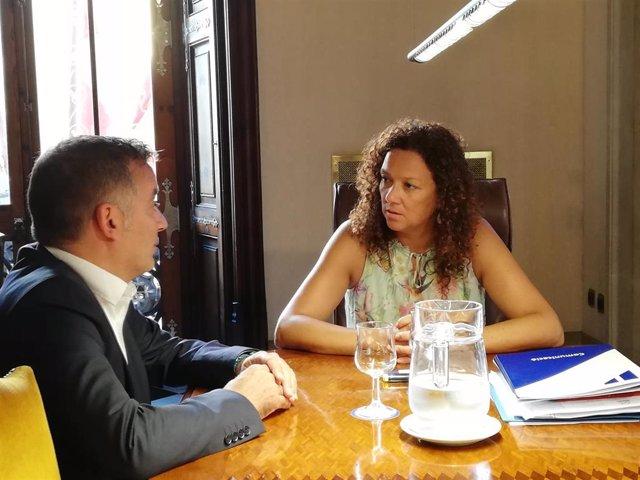 La presidenta del Consell, Catalina Cladera, se reúne con el alcalde de Sencelles, Joan Carles Verd.