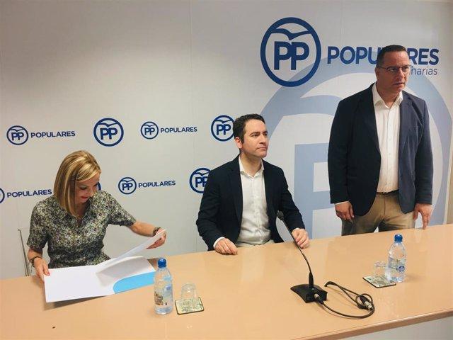 El secretario general del PP, Teodoro García Egea, este viernes en el centro de la nueva presidenta del PP de Canarias, María Australia Navarro, y el nuevo presidente insular de Gran Canaria, Poli Suárez