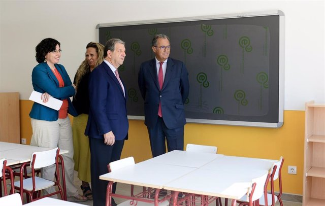 El consejero de Educación y Juventud de la Comunidad de Madrid, Enrique Ossorio, vivita el nuevo colegio público biligüe Padre Garralda en Villanueva de la Cañada