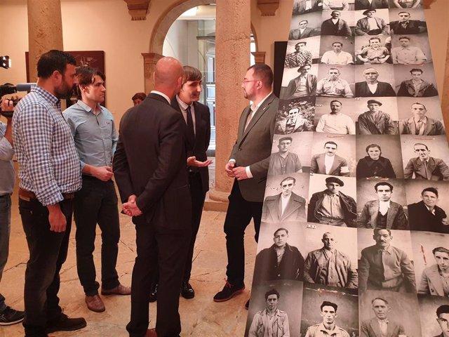 Adrián Barbón visita la exposición 'El fotógrafo que nunca existió. José Zamora Montero' en el museo de Bellas Artes