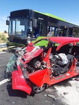 Imagen del choque entre un autobús de línea y un coche en Pezuela de las Torres