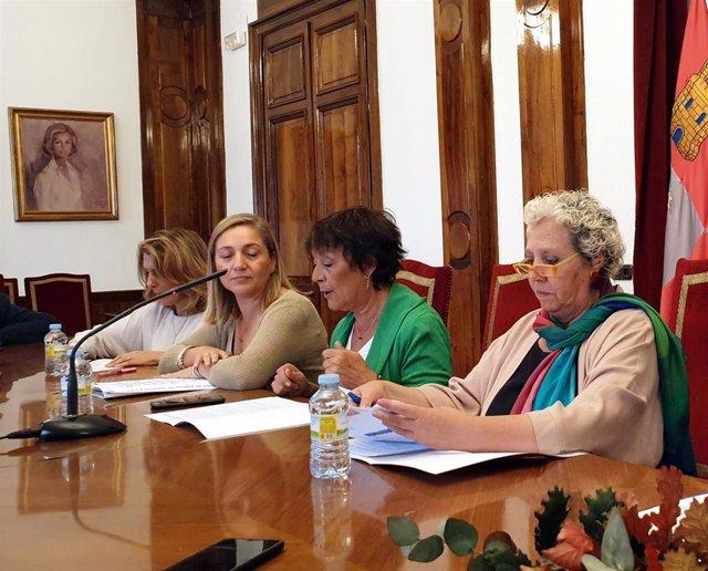 Mercedes Martín (centro) en la comparecencia ante los medios en Salamanca
