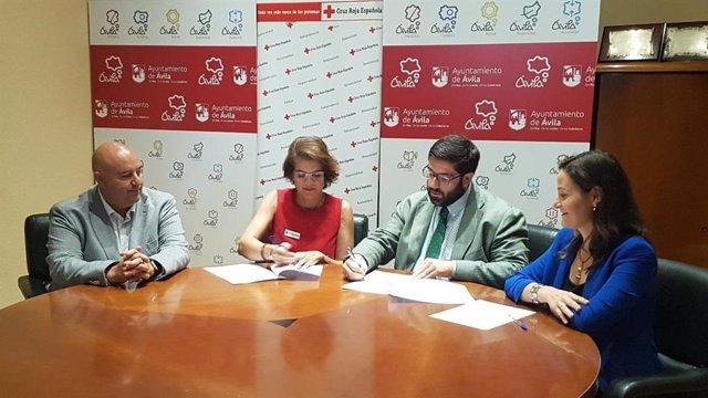 Firma del Convenio entre el Ayuntamiento de Ávila y Cruz Roja con la presidente de esta entidad, Mercedes Martínez, y el alcalde de Ávila, Jesús Manuel Sánchez Cabrera.
