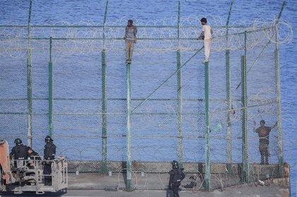 """Piden prisión incondicional """"hasta su expulsión"""" para los 155 migrantes del último salto de la valla de Ceuta"""
