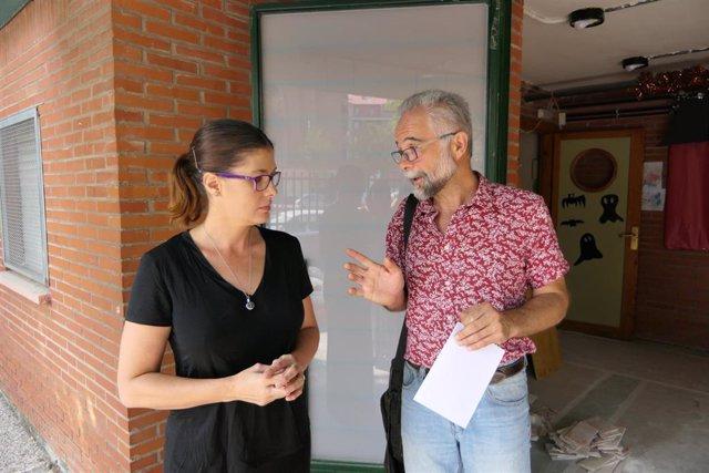 La alcaldesa de Móstoles, Noelia Posse, durante una visita a un centro educativo
