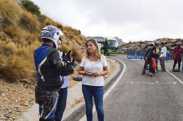 Cruz dialoga con uno de los riders que participa en Velefique
