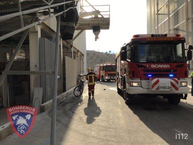 Bomberos en el almacén de Cosentino donde se ha producido el incendio