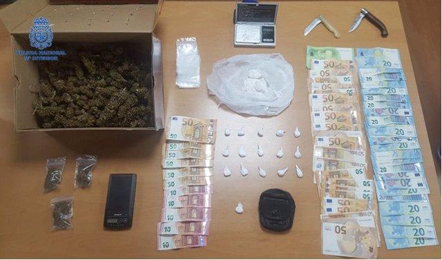 Cogollos de marihuana, papelinas de cocaína y dinero en efectivo intervenidos a los dos hombres de 59 y 71 años detenidos por tráfico de drogas en Can Pastilla.