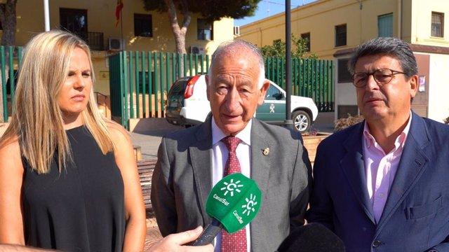 Amat y Matarí hace declaraciones a los medios frente al cuartel de Roquetas de Mar