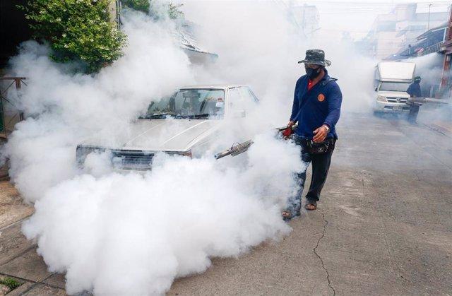 Campaña de fumigación contra el dengue en Nepal