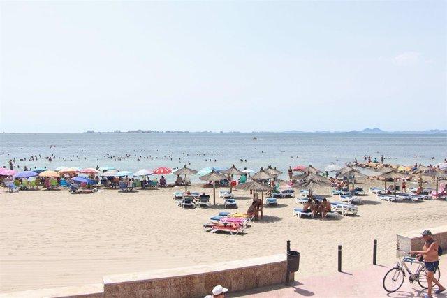 Una playa de San Pedro del Pinatar, turistas, veraneantes, calor, baño