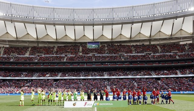 El trío arbitral y las jugadoras antes del Atlético-Fc Barcelona de fútbol femenino