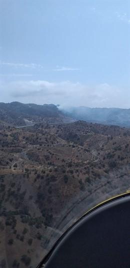 Un fuego afecta a un paraje forestal de Málaga capital.