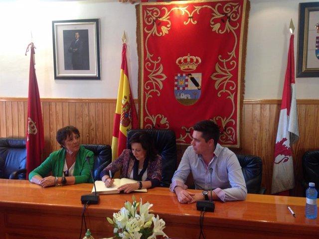 La ministra de Defensa, Margarita Robles, en Candeleda (Ávila).