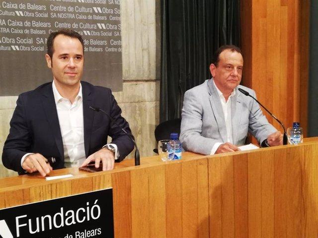 El periodista Javier Chicote (izquierda) y el exfiscal Anticorrupción Pedro Horrach, en la presentación del libro 'Manos Limpias, manos sucias' en Palma.