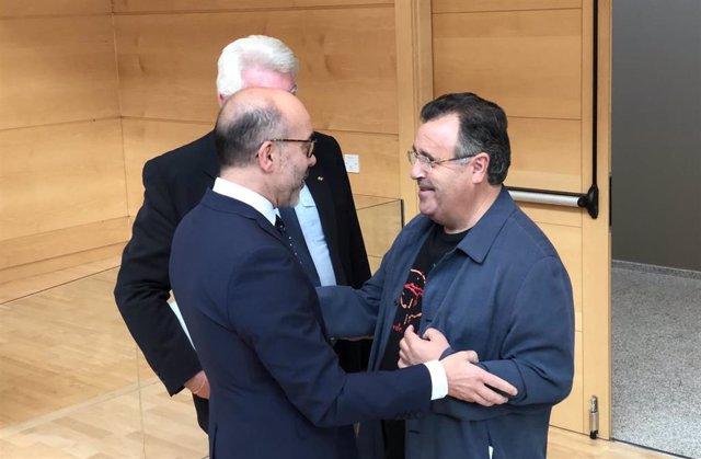 El consejero de Cultura y Turismo, Javier Ortega (izquierda), saluda al procurador socialista José Ignacio Martín Benito (derecha).