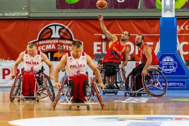 Alejandro Zarzuela, con la selección española de baloncesto en silla de ruedas.