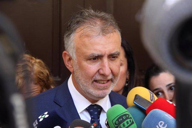 El presidente de Canarias, Ángel Víctor Torres, atiende a los medios