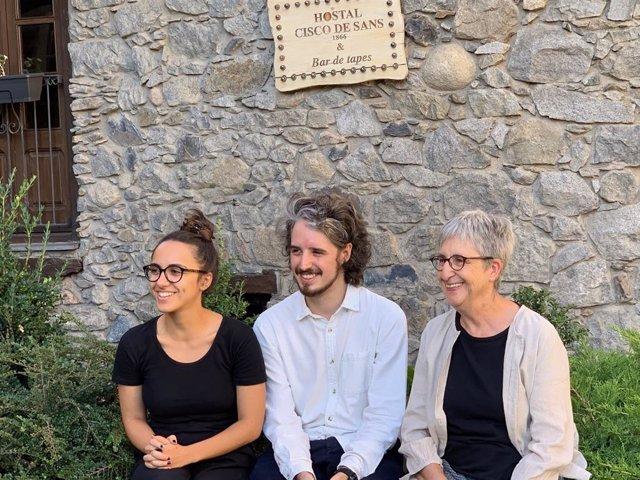 L'actriu protagonista Elena Santiago, el director Nil Forcada i la presidenta de l'Associació Centri Històric d'Andorra la Vella Anna Riberaygua durant la presentació de la pel·lícula