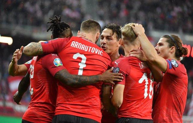 Los jugadores de la selección austriaca celebran un gol de Marko Arnautovic.
