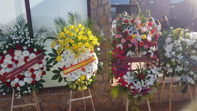 Ramón de flores de entidades deportivas recibidas en la capilla ardiente de Blanca Fernández Ochoa