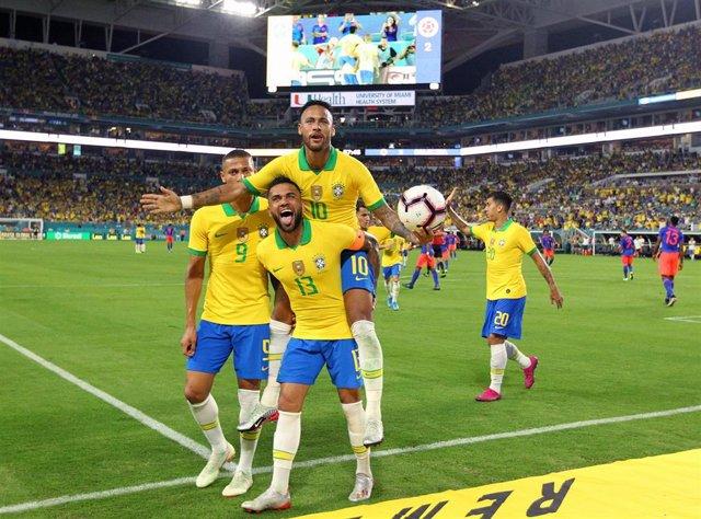 Neymar y Dani Alves celebran un gol con la selección de Brasil