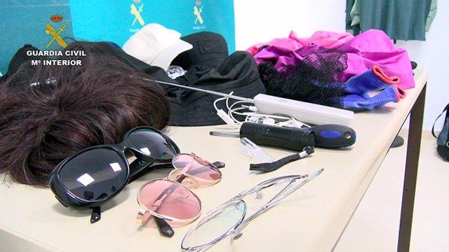 Pelucas, gorras, gafas, inhibidores de frecuencia y otros efectos usados por los arrestados en los robos
