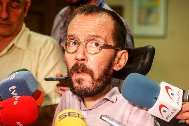 El secretario de Acción de Gobierno de Podemos, Pablo Echenique, en declaraciones ante los medios de comunicación tras la reunión con representes de asociaciones del mundo científico que reivindican el para el impulso del sistema de I+D español.